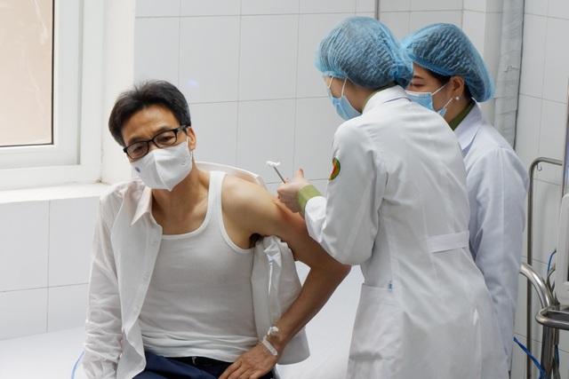 """Phó Thủ tướng Vũ Đức Đam tiêm thử vắc xin phòng COVID-19 """"made in Vietnam"""" - Ảnh 1"""