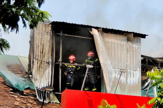 Cháy quán bar ở trung tâm TP.HCM, tức tốc sơ tán học sinh trường Ernst Thalmann - Ảnh 2