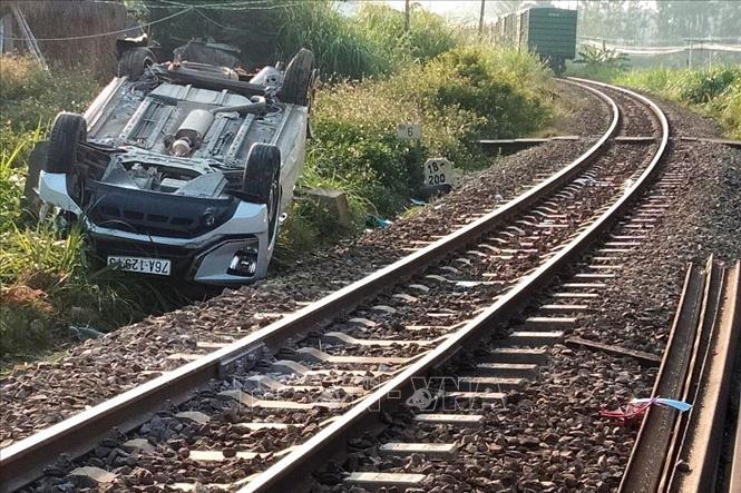 Tin tai nạn giao thông ngày 8/3: Tàu hỏa húc văng xe ô tô 7 chỗ khiến 3 người thương vong - Ảnh 1