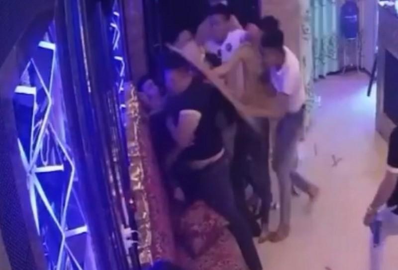 Rủ nữ tiếp viên đi chơi bất thành, nhóm côn đồ lao vào đánh người, đập phá quán karaoke - Ảnh 1