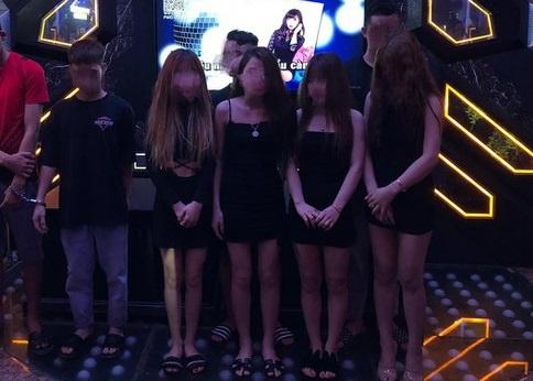 """8 nữ nhân viên karaoke New Way chơi """"tới bến"""" cùng khách ở Hà Nội - Ảnh 1"""