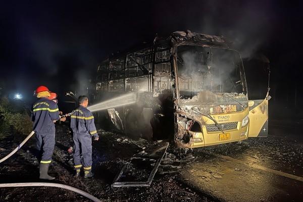 Video: Xe khách giường nằm bốc cháy dữ dội trong đêm, hành khách tháo chạy thoát thân - Ảnh 1