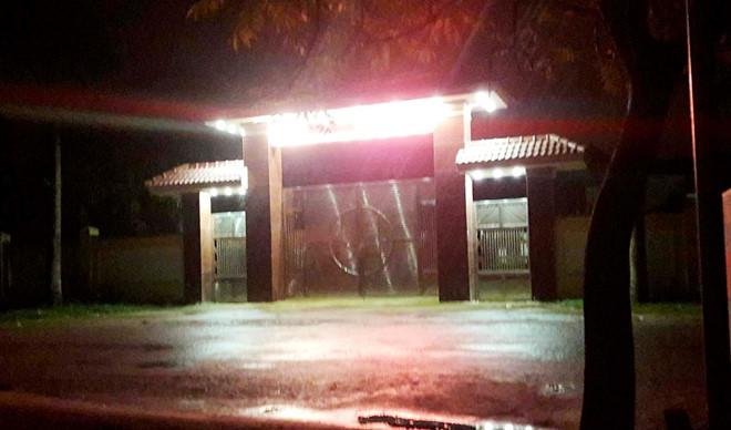 Điều tra vụ nổ súng tại trụ sở UBND xã, chủ tịch xã nhập viện cấp cứu - Ảnh 1