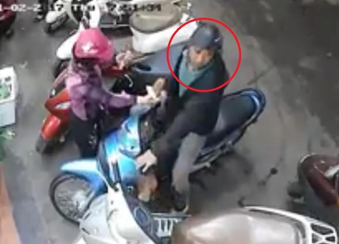 Clip: Đôi nam nữ dàn cảnh, cạy cốp xe tay ga trộm đồ giữa chợ - Ảnh 1