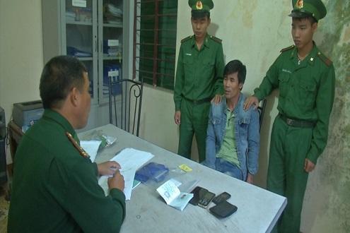 Bắt 2 đối tượng vận chuyển hơn 2.300 viên ma túy từ Lào về Việt Nam - Ảnh 1