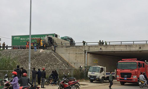 Xe container đâm lật ôtô khách trên cao tốc Hà Nội - Lào Cai - Ảnh 1