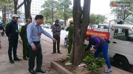 Một phường Hà Nội  bắt quả tang 2 người tiểu bậy, phạt 4 triệu đồng - Ảnh 1