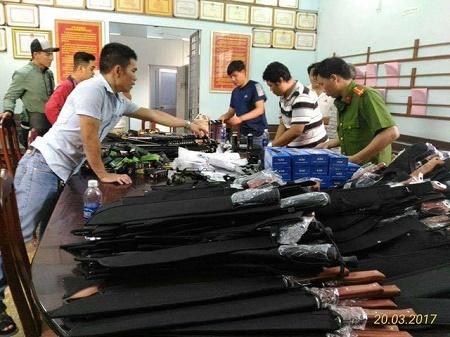 """Đặc nhiệm Sài Gòn phá đường dây mua bán mã tấu, súng điện """"khủng"""" - Ảnh 1"""
