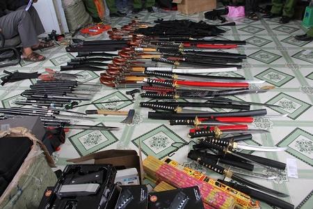 """Phát hiện """"kho"""" vũ khí trong nhà nghi can chứa ma túy - Ảnh 2"""