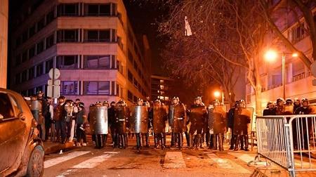 Hàng trăm người dân Trung Quốc ở Paris biểu tình vì cảnh sát bắn chết người - Ảnh 1