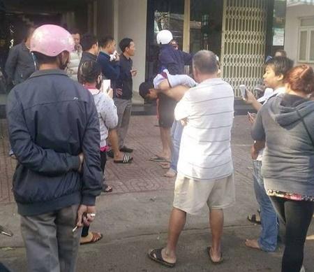 Hàng chục người vây bắt thanh niên trộm 2 lọ thuốc... tăng cường sinh lý - Ảnh 2