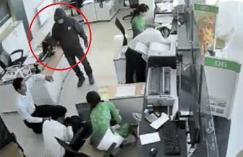 Vụ cướp ngân hàng ở Trà Vinh: Nghi phạm có dị tật ở chân - Ảnh 1