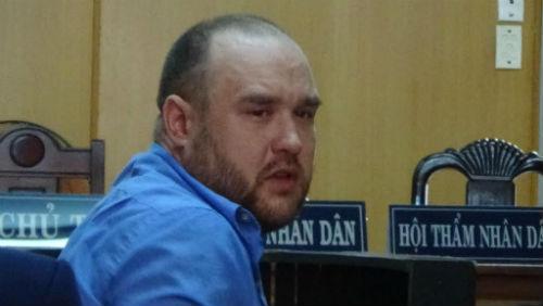 Người đàn ông ngoại quốc vận chuyển 1,5 kg ma túy bật khóc tại tòa - Ảnh 1