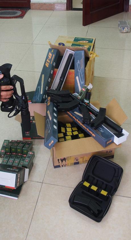 Bắt giữ hàng trăm roi điện, súng điện trên xe khách Bắc - Nam - Ảnh 1