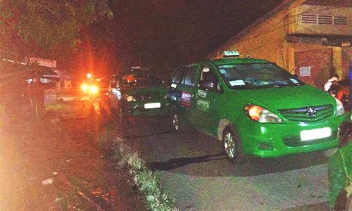 Hơn chục tài xế đồng loạt truy đuổi, khống chế nghi phạm cướp taxi - Ảnh 1