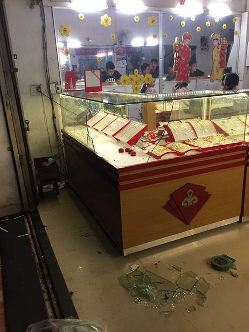Bắt nghi phạm đập tủ kính cướp tiệm vàng ở Đà Nẵng - Ảnh 1