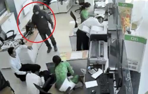 Cảnh sát thu hồi 340 triệu vụ cướp ngân hàng ở Trà Vinh - Ảnh 2