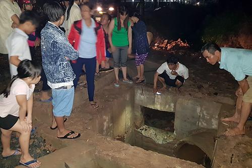 Bé trai 11 tuổi bị nước cuốn vào cống mất tích - Ảnh 1