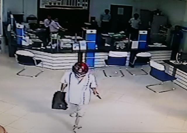 Lộ clip nghi phạm cướp hơn 200 triệu đồng ở ngân hàng - Ảnh 1