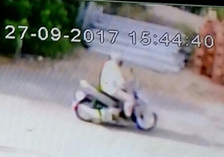 Camera ghi lại hành hình trốn chạy của tên cướp ngân hàng ở Vĩnh Long - Ảnh 1