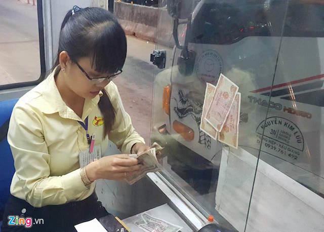 Tài xế dùng tiền lẻ thấm nước mua vé qua Trạm BOT Cần Thơ – Phụng Hiệp - Ảnh 1