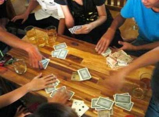 Đột kích quán nhậu, bắt quả tang 10 người đang say sưa đánh bạc - Ảnh 1