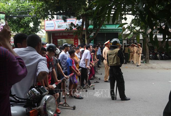 Vụ trăm cảnh sát vây bắt người đàn ông cố thủ: Tiếp cận được tầng 1 ngôi nhà - Ảnh 2