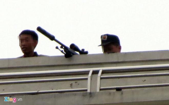 Vụ trăm cảnh sát vây bắt người đàn ông cố thủ: Tiếp cận được tầng 1 ngôi nhà - Ảnh 3