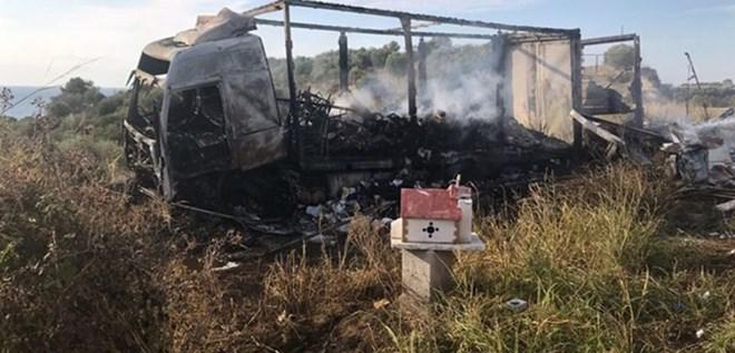 Xe chở người di cư đâm vào ôtô tải, 11 người thiệt mạng - Ảnh 1