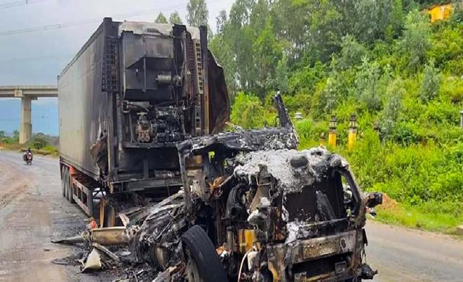 Tin tai nạn giao thông mới nhất ngày 3/10/2018: Xe đầu kéo container cháy dữ dội khi đang chạy - Ảnh 1