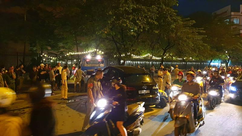 Video: Xế hộp Audi Q5 tông biến dạng Mercedes và 2 xe máy trên phố ở Hà Nội - Ảnh 1