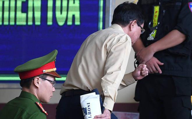 Cựu trung tướng Phan Văn Vĩnh rời tòa vào phòng y tế giữa phiên xử vụ đánh bạc nghìn tỉ - Ảnh 1