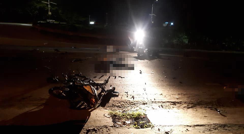 Tin tai nạn giao thông mới nhất ngày 15/11/2018: 2 xe máy đối đầu nát vụn, 3 người chết - Ảnh 1