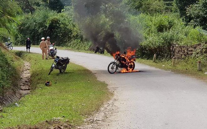 Bị dừng xe kiểm tra, người đàn ông đốt xe cháy rừng rực trước mặt CSGT - Ảnh 1