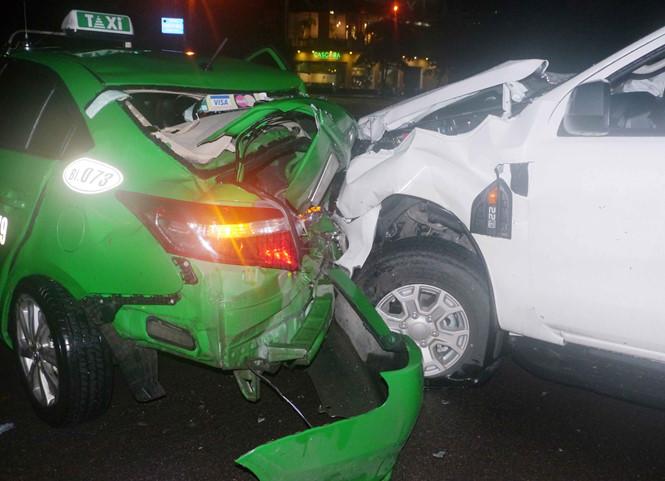 Tin tai nạn giao thông mới nhất ngày 28/11/2018: Đứng chụp hình tai nạn giao thông, bị ô tô húc văng hơn 5m - Ảnh 1