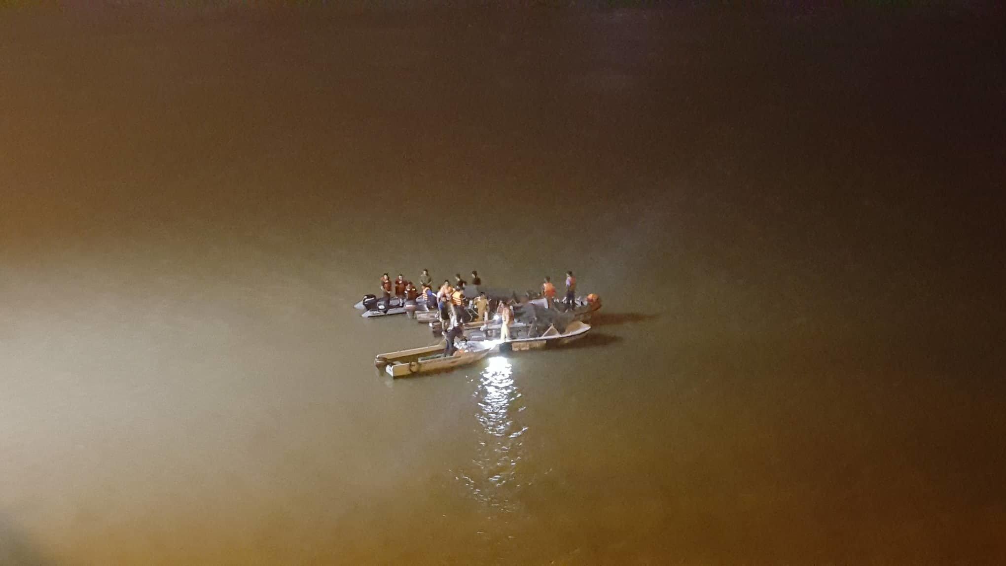 Hiện trường vụ ô tô húc bay lan can cầu Chương Dương, lao xuống sông Hồng - Ảnh 2