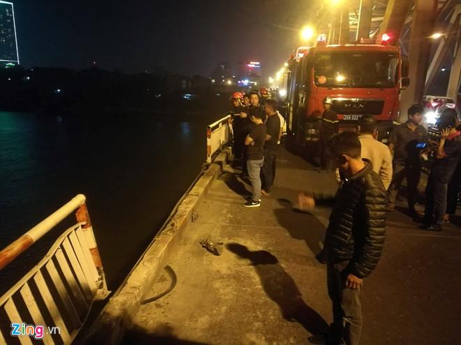 Hiện trường vụ ô tô húc bay lan can cầu Chương Dương, lao xuống sông Hồng - Ảnh 1