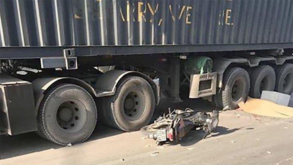 Tin tai nạn giao thông mới nhất ngày 4/11/2018: Thầy dạy tiếng Anh người Nam Phi tử vong dưới gầm xe container - Ảnh 1