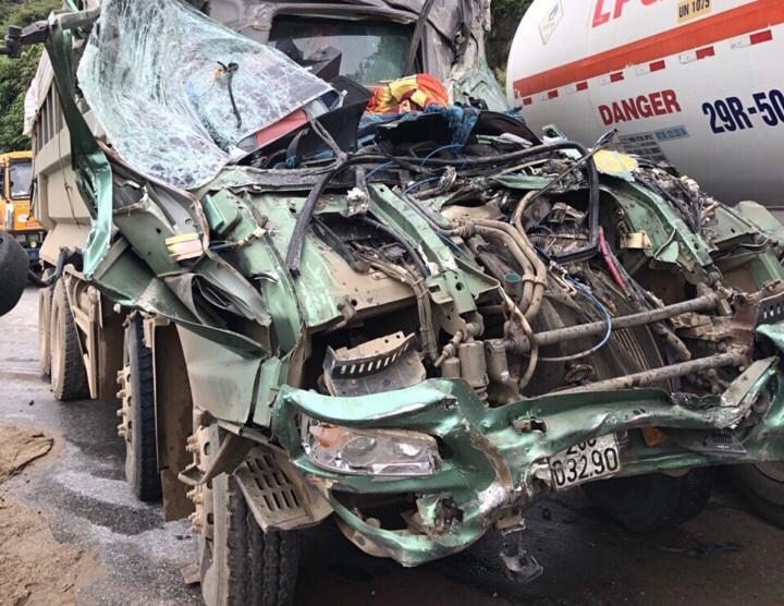Tin tai nạn giao thông mới nhất ngày 10/11/2018: Đấu đầu xe bồn chở xăng, ô tô tải bẹp như đống sắt vụn - Ảnh 1