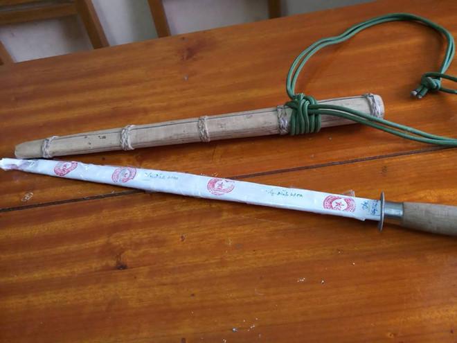 Điều tra vụ thầy cúng dùng kiếm đâm chết con trai rồi ăn lá ngón tự tử - Ảnh 1
