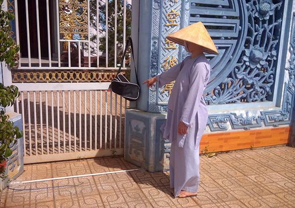 Thi thể bé gái sơ sinh trong túi xách khóa kín treo trước cổng chùa - Ảnh 1