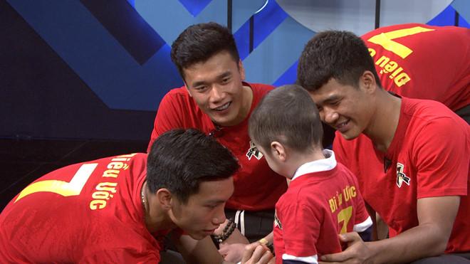 Quang Hải, Đức Chinh bật khóc, hứa mang cúp tặng cậu bé mắc bệnh u não - Ảnh 2