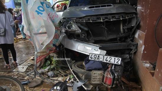 Tin tai nạn giao thông mới nhất ngày 30/12/2018: Ô tô 7 chỗ lao vào nhà dân, 1 phụ nữ ngồi trước nhà thiệt mạng - Ảnh 1