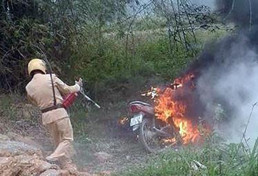 Con gái vi phạm giao thông, bố tới châm lửa đốt xe trước mặt CSGT - Ảnh 1
