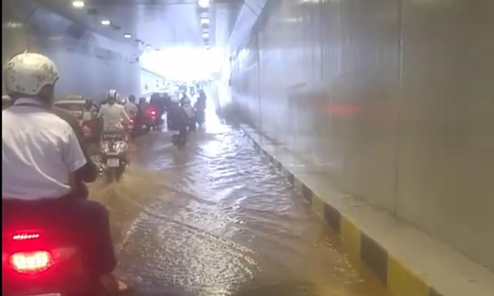 Đà Nẵng: Hầm chui hơn trăm tỷ đồng mới thông xe bất ngờ ngập nặng - Ảnh 1