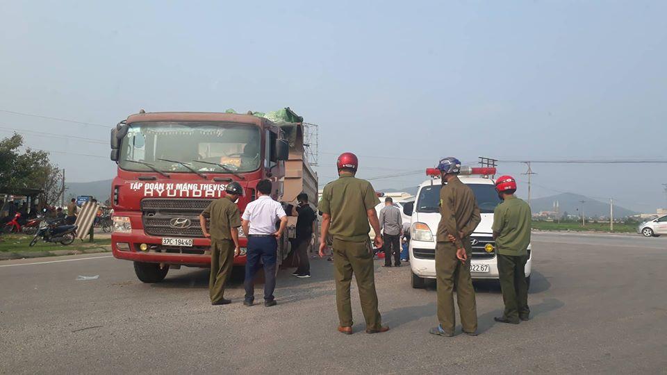 Tai nạn giao thông, thai phụ cùng con trai tử vong dưới bánh xe tải - Ảnh 1