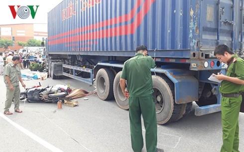 Vợ chồng tử vong, con trai 8 tuổi bị thương nặng sau cú va chạm với container - Ảnh 1