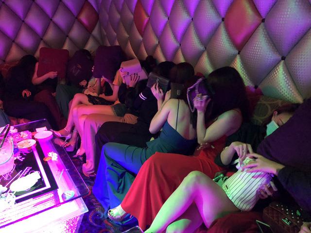 """Đột kích khách sạn, phát hiện nhiều nữ tiếp viên ăn mặc hở hang """"chiều khách"""" ở Sài Gòn - Ảnh 1"""
