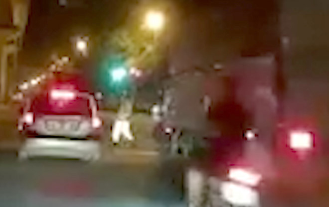 Tin tai nạn giao thông mới nhất ngày 13/7/2018: Xe máy hất văng CSGT trên phố - Ảnh 1