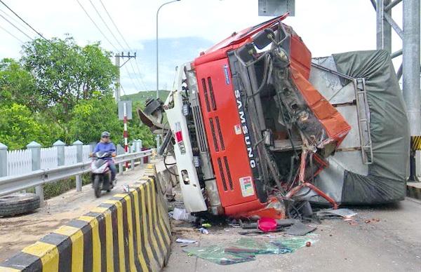 Tin tai nạn giao thông mới nhất ngày 23/7/2018: Xe khách giường nằm lao xuống vực, 4 người chết - Ảnh 3